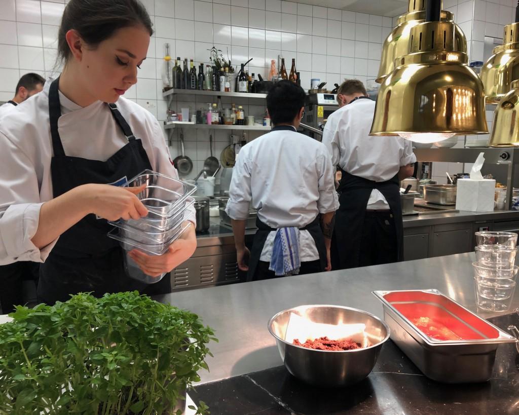 Tess Ebner in der Küche